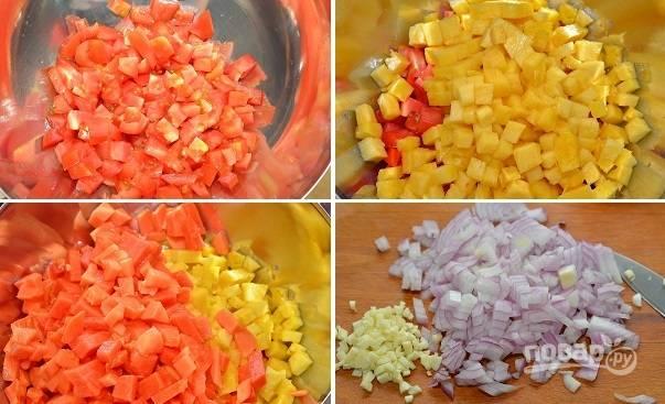 7. Пока жарится курица, можно сделать сальсу. Нарежьте мелкими кубиками помидоры, ананас, папайю, лук и чеснок.