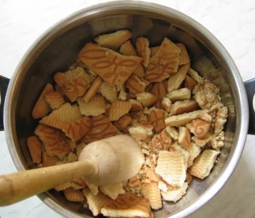 Раскрошите печенье в мелкую крошку, можно блендером или вручную.