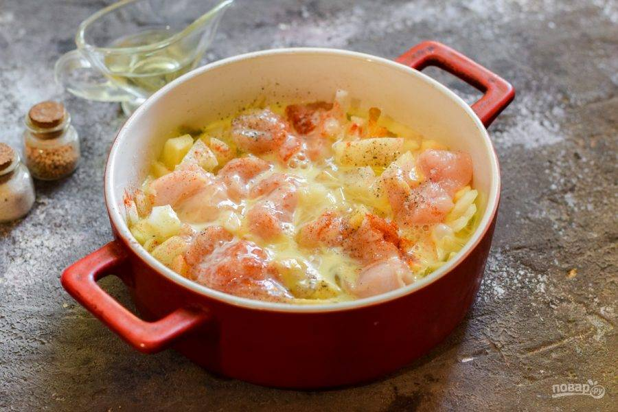 Залейте тыкву и курицу яйцами, добавьте сухие травы и сухой чеснок. Запекайте в духовке при температуре 180 градусов в течение 35-40 минут.