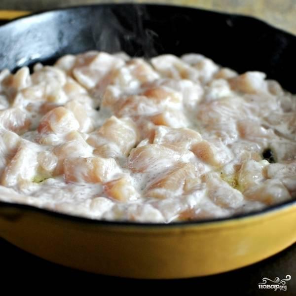 Обжаренные до мягкости овощи перекладываем из сковороды в тарелку, а в сковороду кладем курицу. Жарим на среднем огне, пока курица не покроется румяной корочкой.