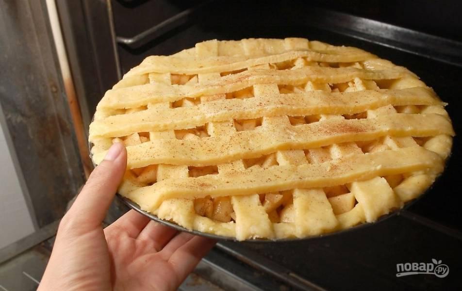 12.Смажьте яйцом верхушку пирога, украсьте корицей и отправьте в разогретый до 200 градусов духовой шкаф на 15 минут, затем уменьшите температуру до 180 и запекайте 45 минут.