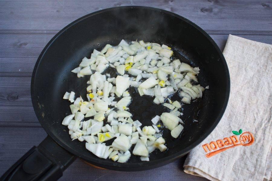 Пока отваривается крупа, приготовьте фарш. Мясо перекрутите на мясорубке, посолите и поперчите его по вкусу, перемешайте хорошо. На сковороде разогрейте масло, пассеруйте измельченный лук до прозрачности.