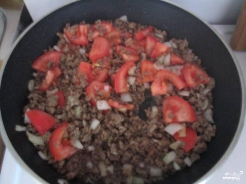 Помидоры нарезаем на четверти и так же выкладываем на сковороду к остальным ингредиентам, продолжаем жарить.