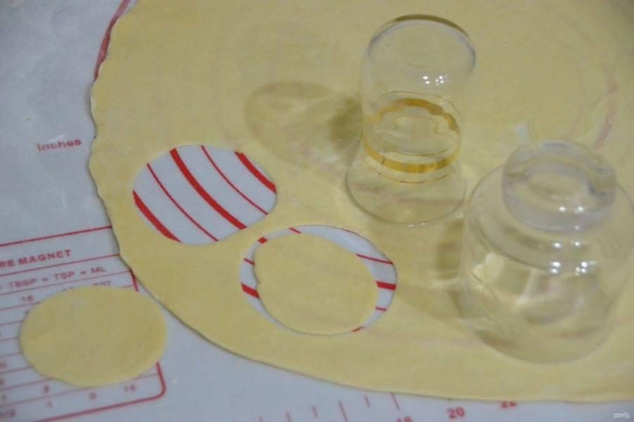 Раскатайте тесто в очень тонкий пласт, выемкой разного диаметра сделайте кружочки.