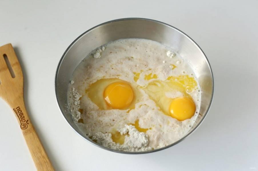 В глубокую миску насыпьте 400 грамм муки, добавьте подошедшую опару, соль, яйца и растопленное сливочное масло.