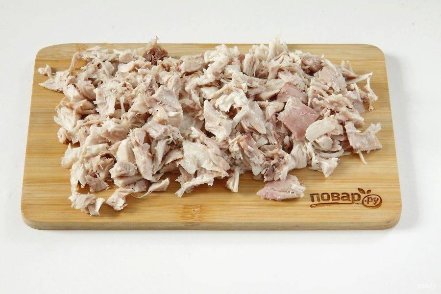 Остывшее куриное филе нарежьте небольшими кусочками.