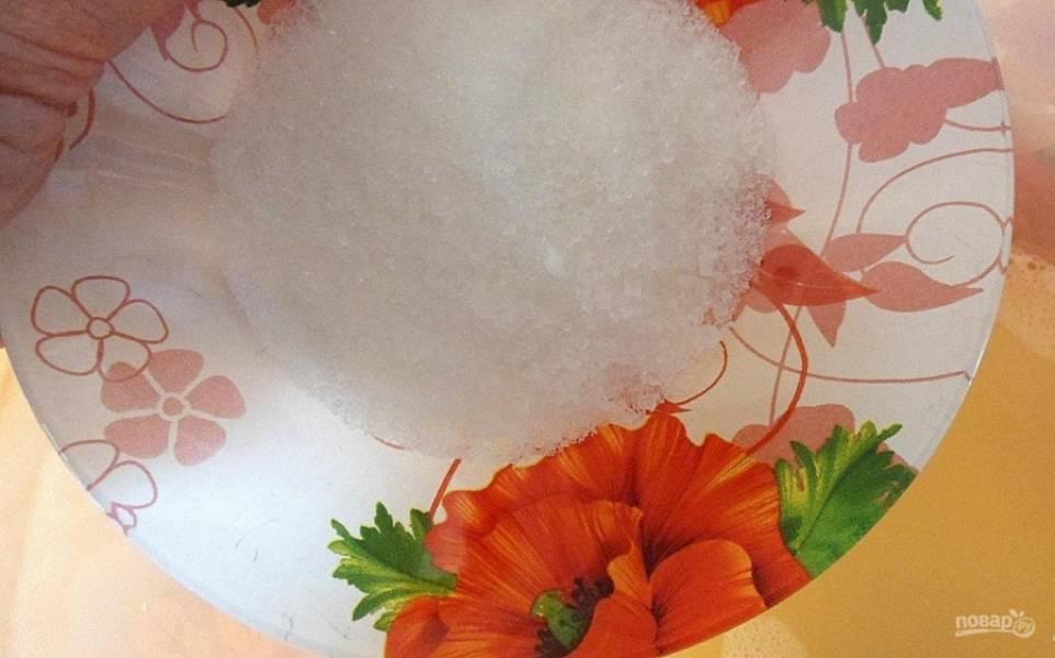 В тёплую сыворотку добавьте половину сахара.