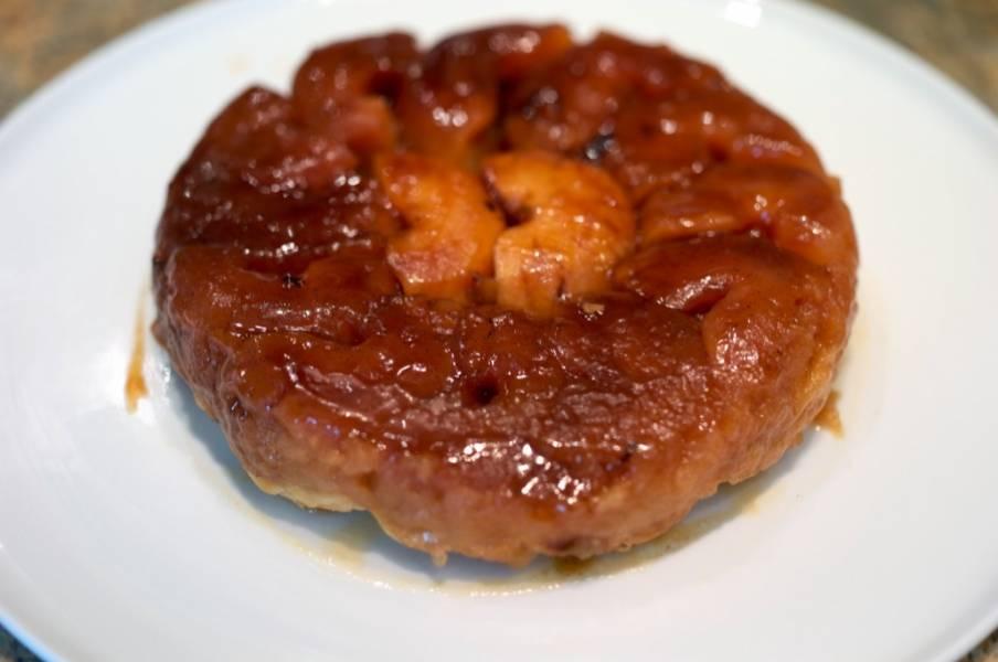 Аккуратно извлекаем пирог из сотейника, ставим снова его на огонь и разогреваем карамель с остатками яблочного сока. Поливаем Татен карамелью. Приятного аппетита!