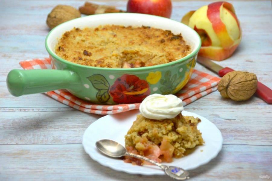 Подавайте яблочный крамбл с шариком мороженого или его можно украсить взбитыми сливками. Это очень вкусный десерт, к тому же простой и быстрый!