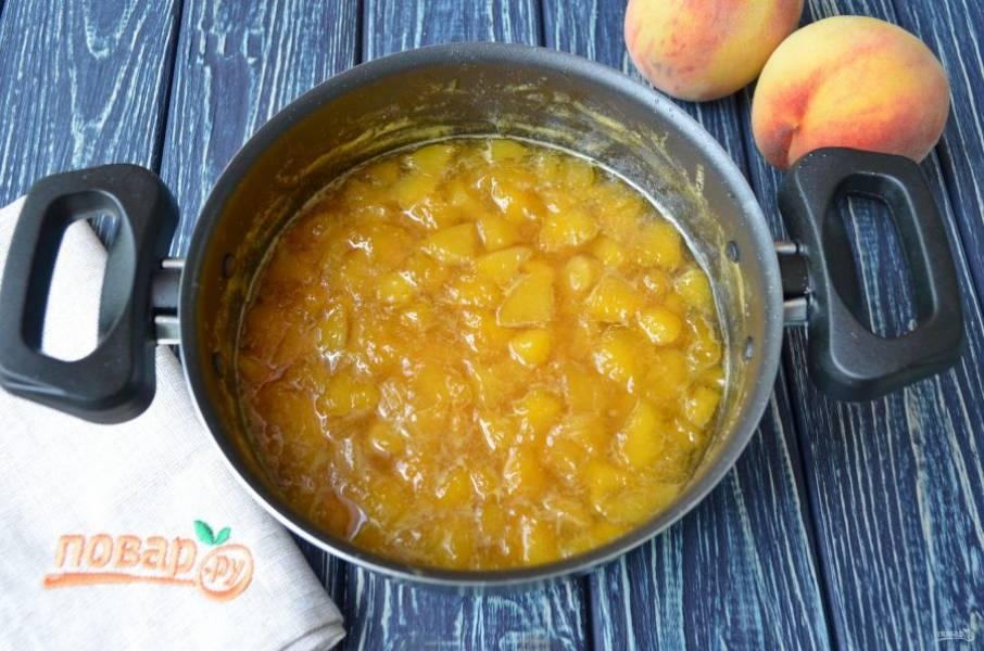 Варенье из персиков с апельсинами готово! Разлейте горячее варенье по стерильным сухим банкам и закупорьте. Храните в прохладном месте.