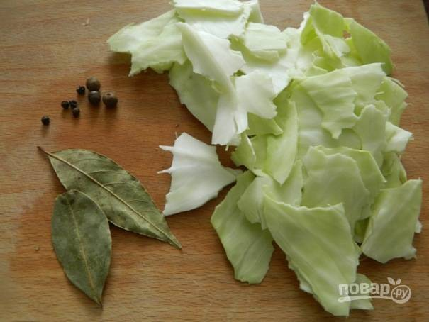 3. Добавляем к овощам лавровый лист, перец и порванные капустные листья. Заливаем водой и варим на небольшом огне минут 20-30.