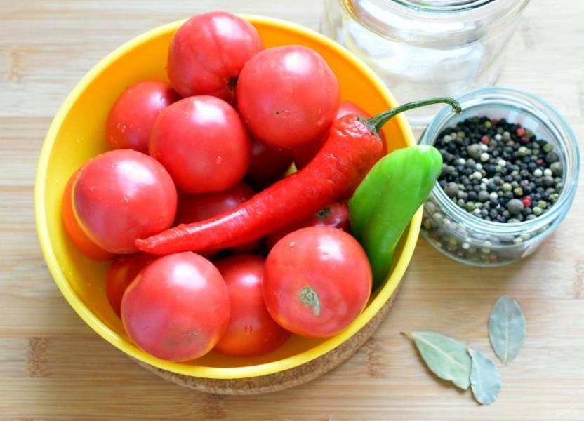 Помидоры и перец хорошо вымойте. Сладкий перец очистите от семян и разрежьте каждый пополам. Чеснок очистите и разрежьте зубчики вдоль пополам. Банки и крышки хорошо промойте и ошпарьте. При желании можно простерилизовать.
