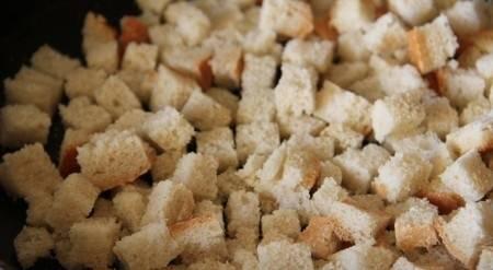 4. Нарезаем белый хлеб мелкими кубиками и отправляем в духовку. После этого даем сухарикам немного остыть.