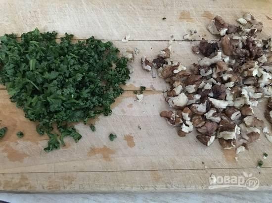 4. Помойте петрушку, обсушите и мелко порубите. Орехи очистите от мусора и тоже порубите.