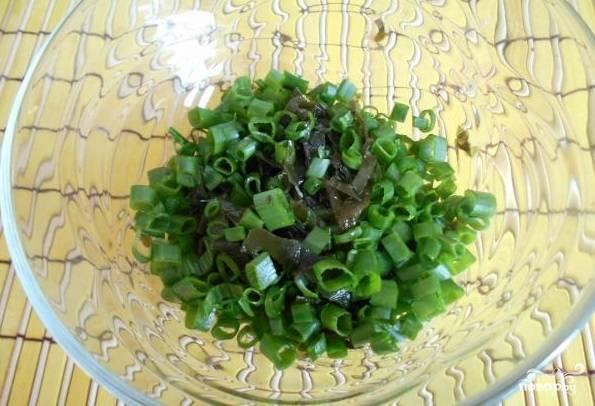 2. Нарежьте зеленый лук. Добавьте его к морской капусте.