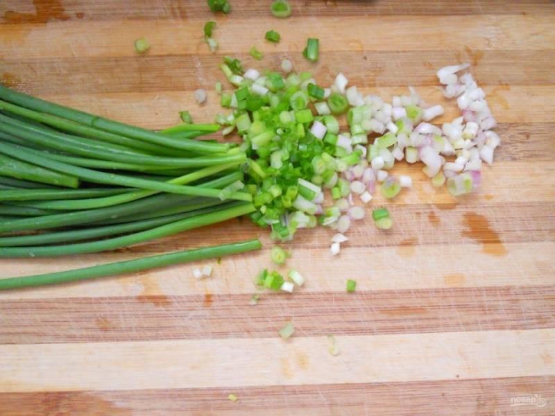 2.Вымойте зеленый лук и нарубите его мелко. Отделите белую часть от зеленой.