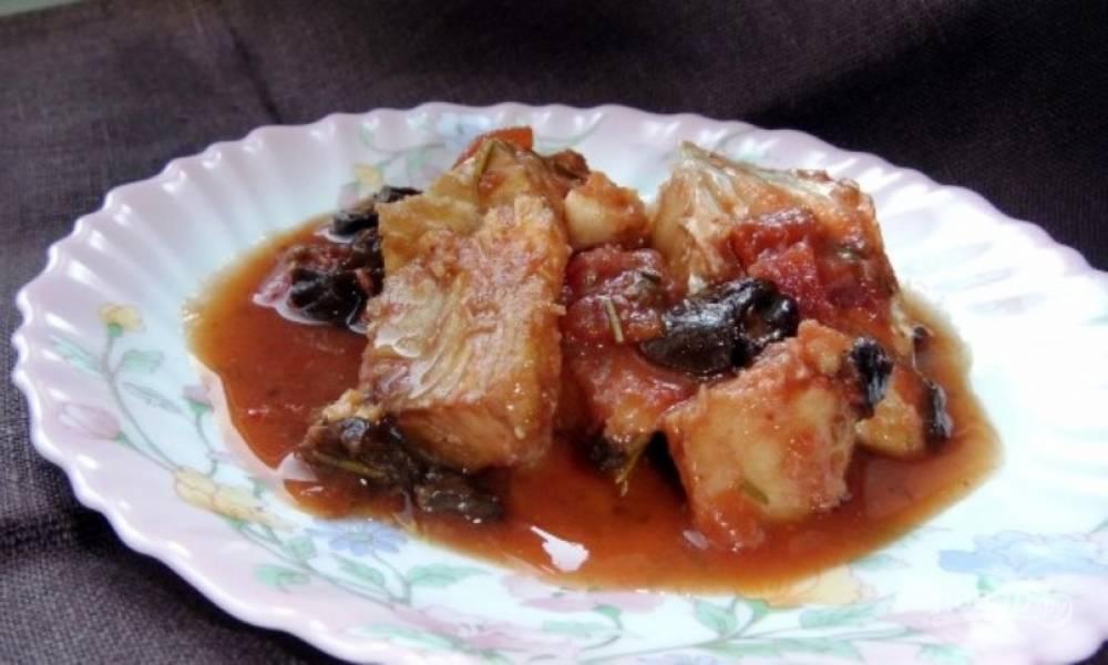 Треска в томатном соусе с черносливом и розмарином