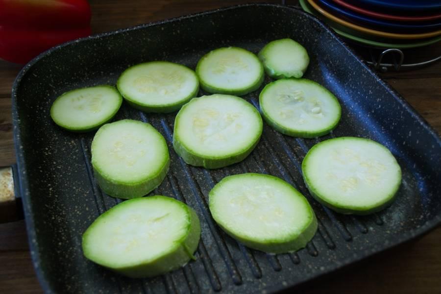 На сковороде гриль обжарьте кабачки с двух сторон. Блюдо готовится без жира.