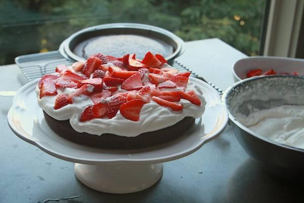 6. На корж толстым слоем намажем крем. Сверху выложим тонко нарезанные ягоды.