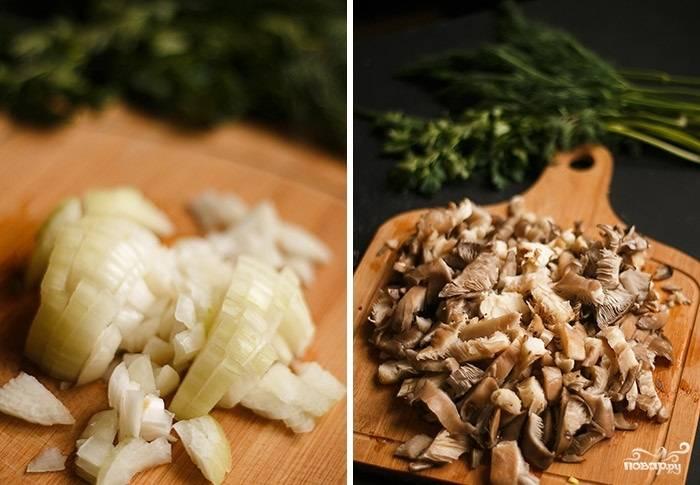 2. Первым делом очистите луковицу, нарежьте мелкими кубиками. Грибы вымойте, обсушите и тоже измельчите. Разогрейте на сковороде немного растительного масла. Выложите лук, обжарьте до прозрачности и добавьте грибочки.