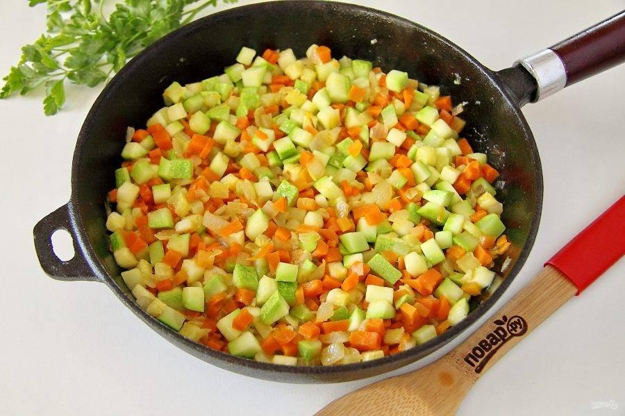 Затем добавьте кабачок и готовьте все вместе еще пару минут.