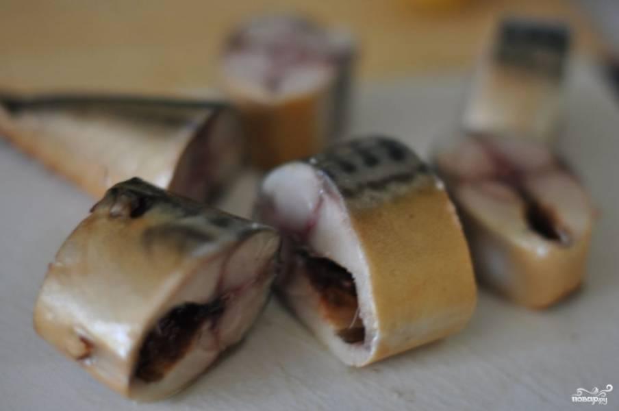 Готовую копченую скумбрию в домашних условиях подавайте, порезав на порционные кусочки.