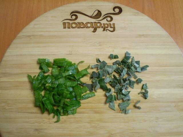 5. Зеленый лук и листья мелиссы моем, режем мелко.