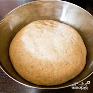 Тесто, тем временем, уже немного поднимется. Его нужно еще раз обмять и оставить еще минут на 30.
