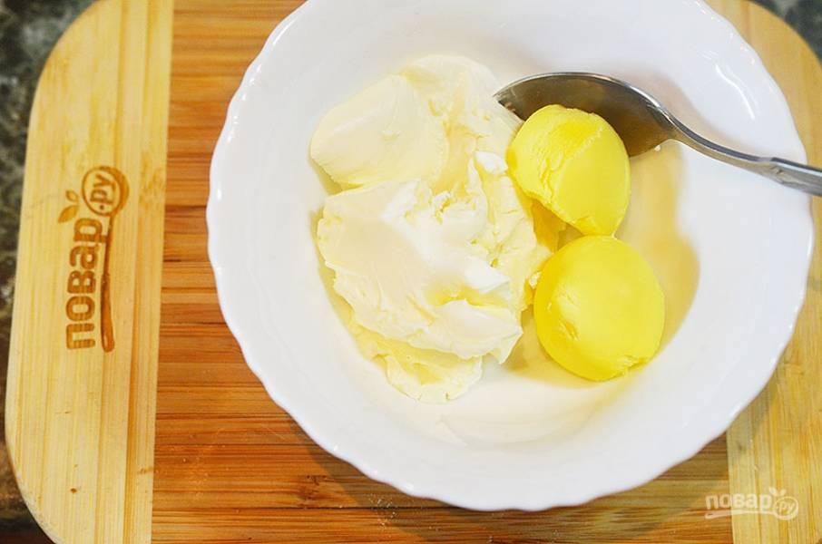 К творожному сыру добавьте желток.