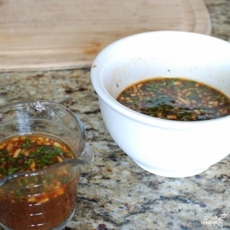 Небольшую часть соуса (примерно 1 маленькую чашку) отливаем - он нам еще пригодится.