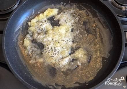 Растапливаем на сковороде сливочное масло и, когда появится пена, посыпаем растопленное масло сахаром. Перемешиваем.