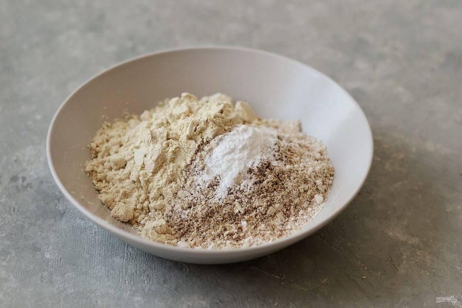 Измельчите в кофемолке овсяные хлопья и льняные семечки. Смешайте все сухие ингредиенты в миске.