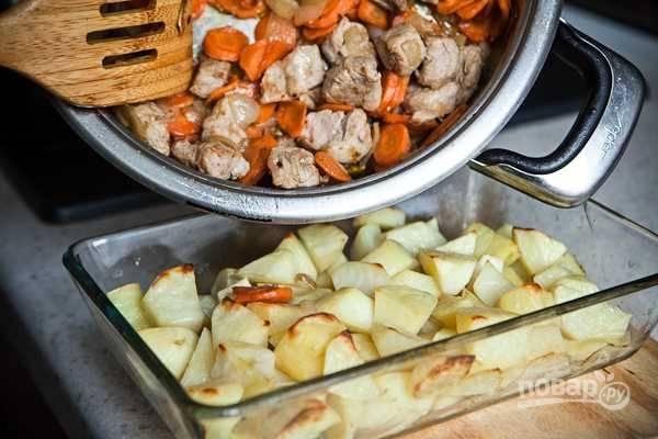 8. Достаньте из духовки форму, выложите сверху мясо.