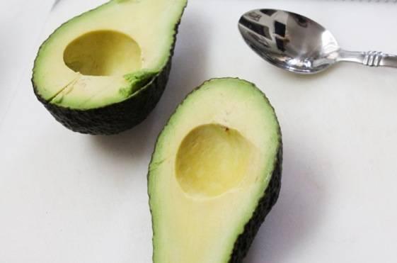 Для начала почистите авокадо.