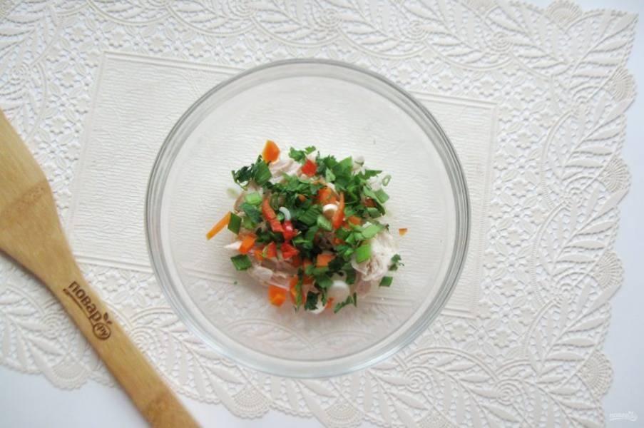 Добавьте нарезанный зеленый лук, жгучий перец (по желанию) и петрушку.