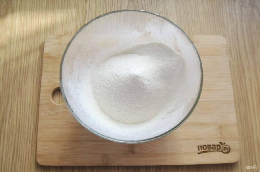 Замесите тесто. Для этого в миску просейте муку.