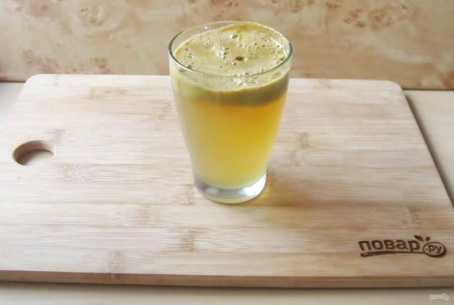 Отожмите из яблок сок.