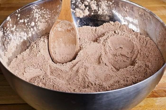 Смешайте в миске муку, сахар, какао, разрыхлитель теста и соль.