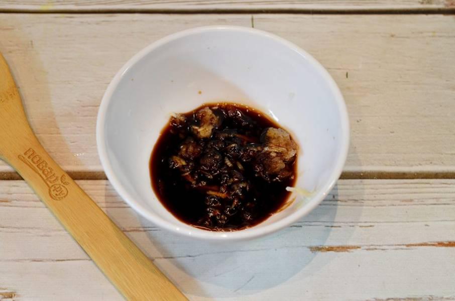 3. Добавьте соевый соус, водку, перец и кориандр. Маринад готов.