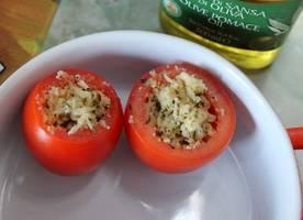 Панировочные сухари смешиваем с тертым сыром, измельченным чесноком и специями. Наполняем начинкой помидоры. Запекаем их в духовке 15 минут, температура 180 градусов.