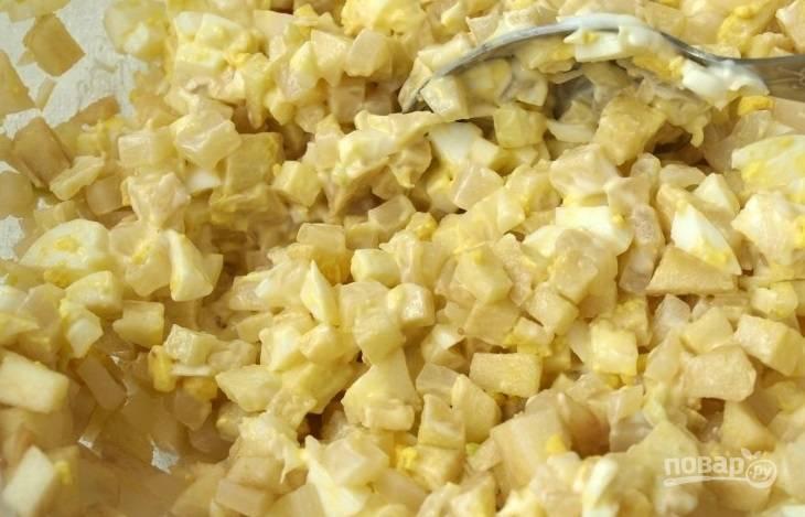 Переложите все ингредиенты в миску. Репчатый лук очистите от шелухи и нарубите кубиками. Добавьте лук к остальным ингредиентам, заправьте салат майонезом, посолите и все тщательно перемешайте.