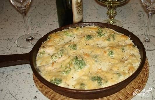 Духовку разогрейте до 180 градусов. Залейте выложенные ингредиенты сливочным соусом и запекайте 25 минут. Приятного аппетита!