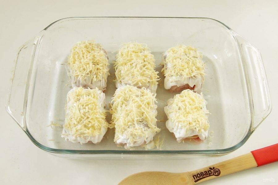 6. Верх смажьте сметаной и посыпьте тертым сыром.