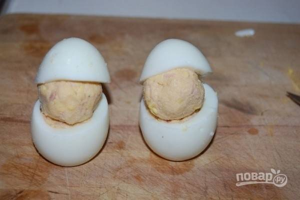 6.Накройте шарики шляпками из белка.