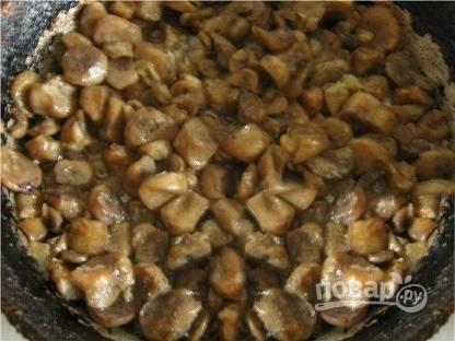 Грибы моем, чистим и нарезаем пластинками. Мелко шинкуем лук и вместе с грибами обжариваем до полуготовности на сковороде с небольшим количеством растительного масла.