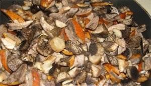 2. Разогреваем растительное масло и обжариваем грибы минут сорок. Огонь или средний, или совсем маленький, смотря какой степени обжарки вы хотите добиться.