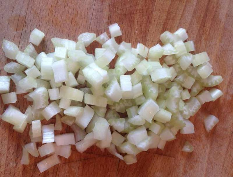 Мелко нарезать сельдерей, лук и морковь. Также добавить в бульон.