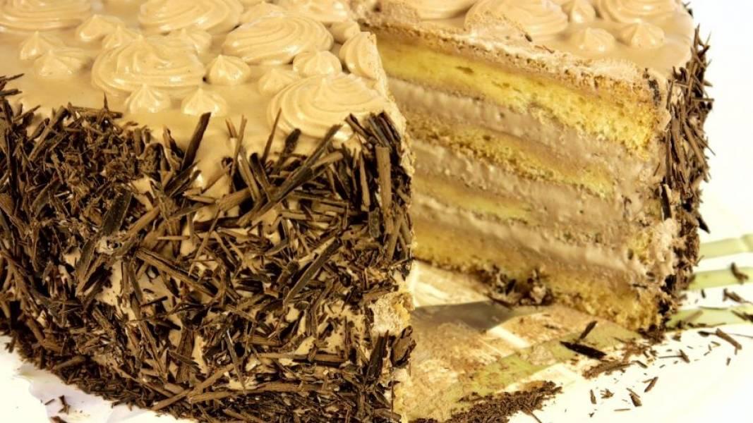6. Добавьте растворенный в сливках кофе, какао и сахарную пудру. Взбейте до устойчивых пиков. Соберите торт. Смажьте бока и верх торта оставшимся кремом, украсьте шоколадом и кремом. Поставьте торт в холодильник на 10-12 часов. Приятного аппетита!