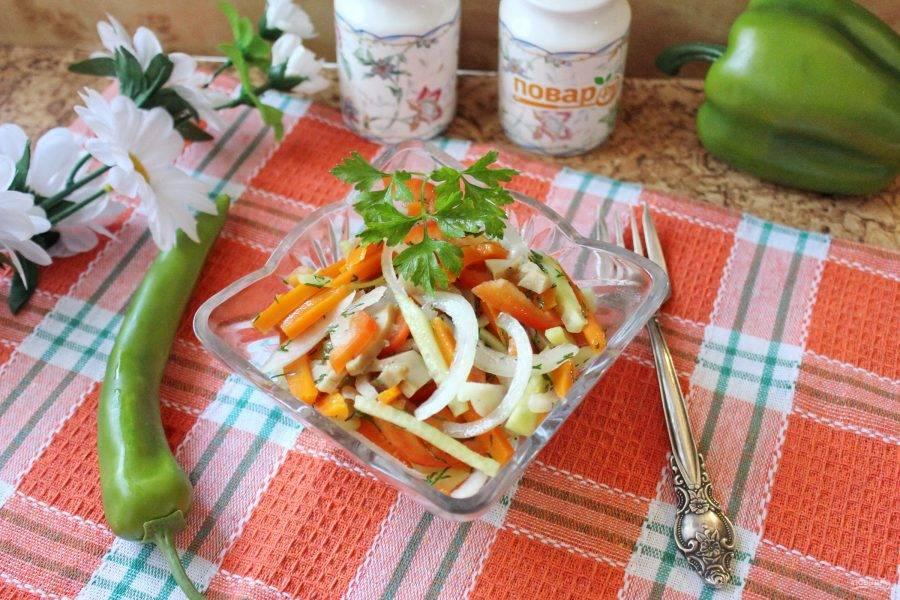 Простой салат с шампиньонами готов. Подавайте на закуску.