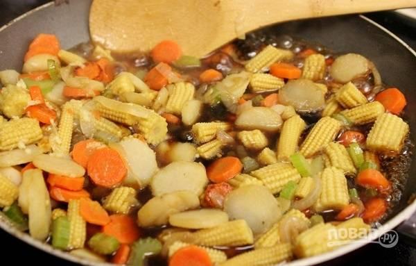 10. Влейте соус, в котором мариновали курочку. Дополнительно подсолите и поперчите при необходимости. Выложите на сковороду остальные овощи и курицу.